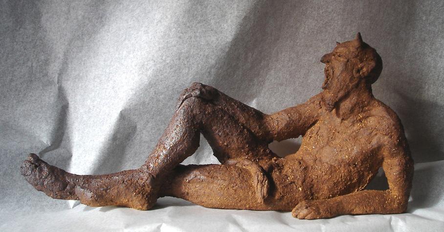 Petit faune allong� vendu Lien vers: http://corinnevaliere.bochaine.org/wakka.php?wiki=TerrusSculptureCorinneSculpturesToutes